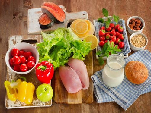 Dựa trên cách tính toán và qui đổi đó để tính ra lượng thực phẩm trong ngày. Nếu trẻ đi học, ăn bán trú ở trường, các bà mẹ cần xem thực đơn hàng ngày của bé ở trường để tính cho các bữa ăn khác. Thông thường bữa ăn ở trưòng cung cấp khoảng 50% nhu cầu. Mỗi bữa ăn cần có đủ 4 nhóm thực phẩm, các thực phẩm đa dạng, phối hợp với nhau để cung cấp đủ chất dinh dưỡng, chế biến hợp khẩu vị trẻ để trẻ có bữa ăn ngon, đủ chất. Nên tăng cường các nguồn chất đạm động vật có nhiều Canxi, sắt, kẽm (thịt, tôm, cua, cá, trứng, sữa), cũng như các thực phẩm có nhiều vitamin, khoáng chất có trong rau xanh, các loại rau lá xanh thẫm có nhiều vitamin C (rau ngót, mùng tơi, rau diền..), hoa quả chín các quả có mầu vàng như đu đủ, xoài, hồng xiêm có nhiều bêta caroten (tiền vitamin A). Mỗi ngày cần cho bé ăn từ 200g- 300g rau xanh, 100g quả chín, uống 1- 2ly sữa và ăn thêm sữa chua, phomai.