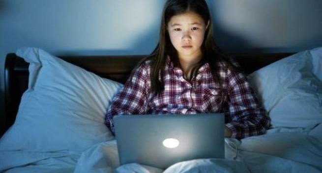 Ngồi máy tính nhiều gây mất ngủ ở thanh thiếu niên